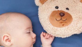 Ортопедическая подушка для малыша: с какого возраста нужна?